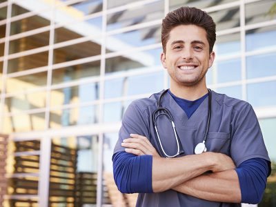 800x600-Sociedad-Mexicana-Pediatría-_0000s_0000_young-hispanic-male-healthcare-worker-outdoors-X6EP94L