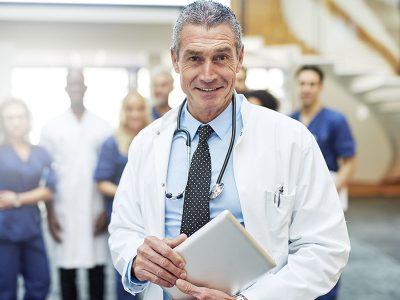 800x600-Sociedad-Mexicana-Pediatría-_0000s_0001_cheerful-mature-doctor-with-tablet-in-hospital-UW72G9C